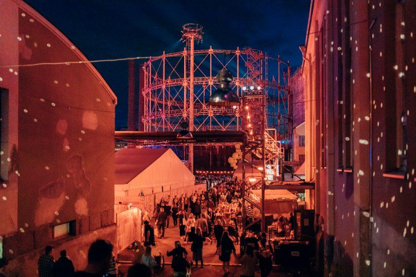 Flow Festival è un festival di musica e arte urbana a Helsinki, in Finlandia. La musica presentata al Flow Festival varia dall'indie rock alla soul e al jazz e dai suoni folk al club contemporaneo - sia dalla scena finlandese che internazionale. Oltre alla musica, Flow Festival si occupa non solo di musica ma di spazi urbani, arti visive, film, conferenze, design, nonché cibo e bevande. L'evento si svolge in una centrale elettrica Suvilahti dismessa e nei suoi dintorni industriali.