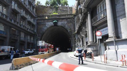 Cadono calcinacci, chiusa la Galleria Laziale: Napoli spaccata in due, traffico in tilt