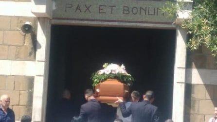 Funerali di Elisa Ciotti a Cisterna di Latina, amici e parenti si stringono intorno alla bara