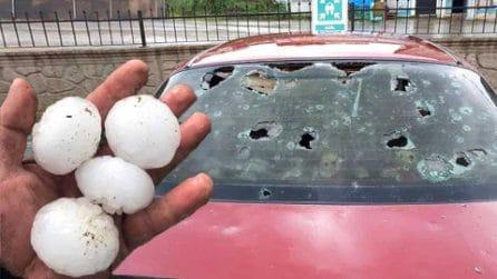 La grandinata distrugge le auto: chicchi come palle di tennis sfondano i parabrezza delle auto