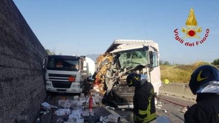 Scontro tra camion di pomodori ed autocisterna di gasolio: traffico in tilt sull'A16