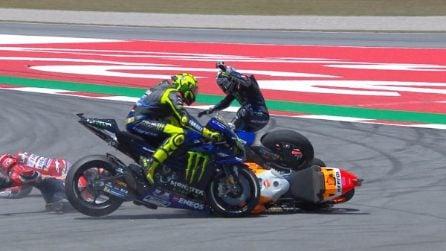 MotoGP, Lorenzo abbatte i big e regala la vittoria a Marquez. Quartararo e Petrucci sul podio