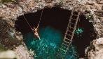 Un salto da tre metri in acque cristalline, un luogo scavato nella roccia: la meta paradisiaca