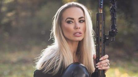 Le influencer che si fotografano con le armi su Instagram