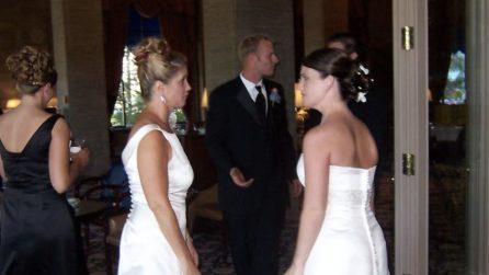 La suocera vestita come la sposa durante il matrimonio del figlio