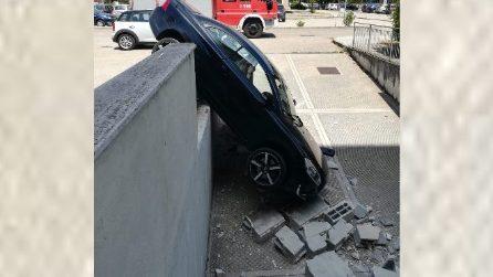 Foligno, auto sfonda un muretto e precipita