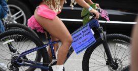 Tutti nudi in bici: a Los Angeles il Naked Bike Ride