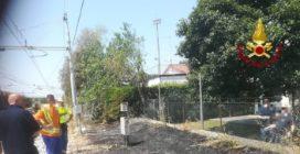 Scintille dal treno Padova-Treviso: a fuoco sterpaglie e camion
