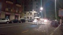 Una carrozza trainata da cavalli passeggia di notte per le vie di Milano: le foto sui social