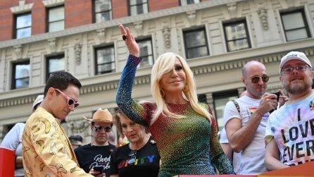 Donatella Versace e Lady Gaga in paillettes arcobaleno al Pride di New York