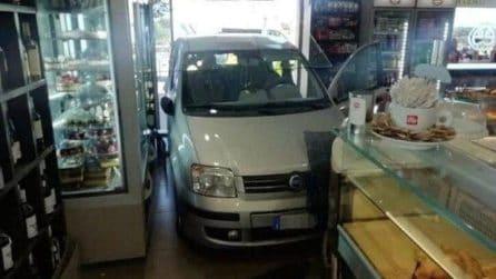 Roma, auto sfonda la vetrata e finisce nel bar Caffè Meet: le incredibili immagini