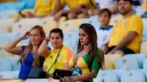 La sexy tifosa del Brasile senza vestiti sugli spalti prima della finale: coperta solo dalla vernice