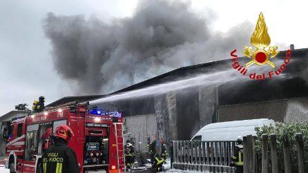 In fiamme un capannone di rifiuti speciali a Settimo Milanese