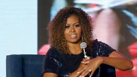 Michelle Obama con i capelli ricci e naturali