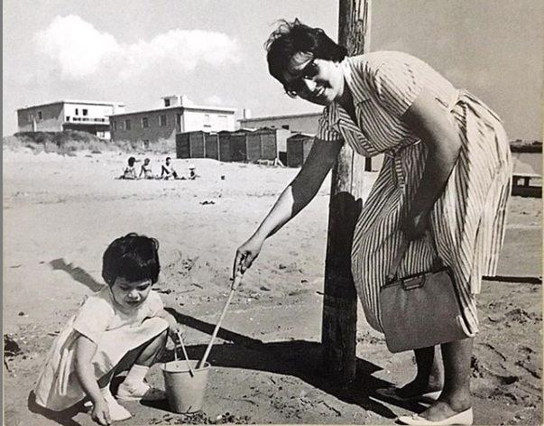 Una foto di Barbara D'Urso da bambina, con la madre. Pubblicata per la Festa della Mamma