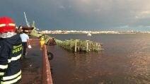 Maltempo a Taranto, gru dell'ex Ilva precipita in mare: un disperso
