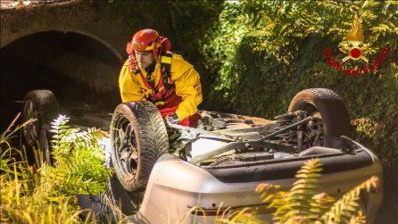 Incidente a Tribiano, ragazza neopatentata si ribalta con l'auto e finisce in un canale: illesa