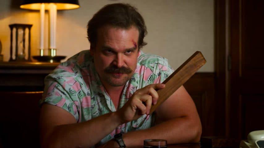La camicia hawaiana di Hopper è un omaggio a Magnum P.I e Miami Vice