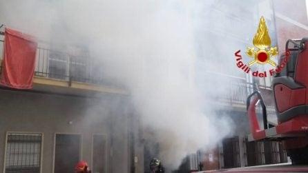 Venegono, vasto incendio in un palazzo di otto piani: residenti intrappolati dalle fiamme