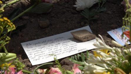 I biglietti sulla tomba di Andrea Camilleri al Cimitero Acattolico di Roma