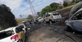 Auto gpl in fiamme a Nuova Fiera di Roma: bruciano 12 veicoli parcheggiati, le immagini