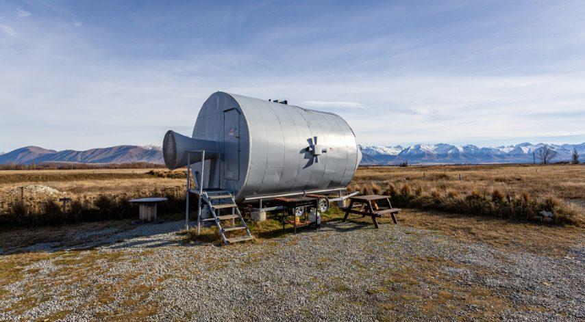 In Nuova Zelanda Airbnb offre la possibilitá di trascorrere una notte nella replica dell'astronave Apollo 11. All'interno c'è tutto quello che serve per un soggiorno e sul letto una finestra per guardare verso il cielo di notte e immaginare di essere sulla luna.
