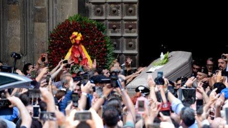 I funerali di Luciano De Crescenzo a Napoli, migliaia nella chiesa di Santa Chiara