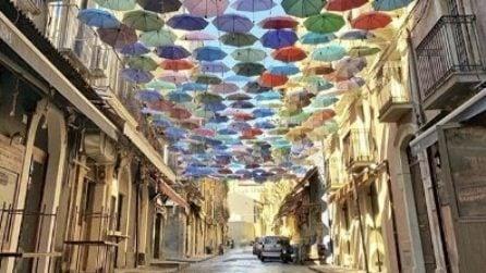 Catania, ombrelli colorati nella Piscaria: effetto ottico bellissimo