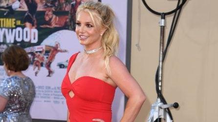 Britney Spears ritorna sul red carpet con il tubino rosso