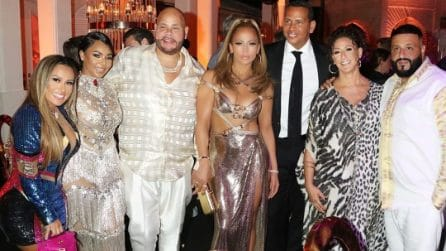 Jennifer Lopez con l'abito oro al party dei suoi 50 anni