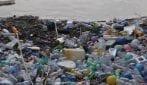 Rifiuti, a Milano spunta un'isola di plastica sul Naviglio Pavese