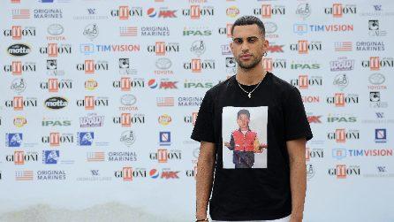 Mahmood con la t-shirt decorata con la sua foto da piccolo