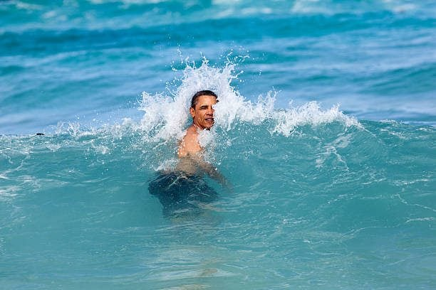 Barack Obama nuota tra le onde a Pyramid Rock Beach