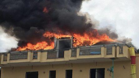 Somma, mega incendio: in fiamme stabile con un supermercato