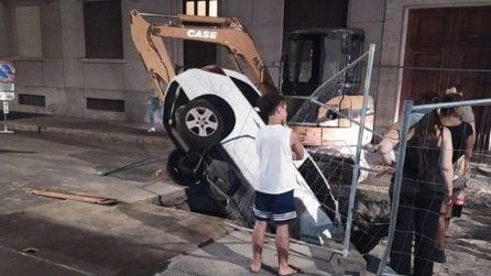Donna finisce con l'auto in una voragine: non si accorge dei lavori in corso
