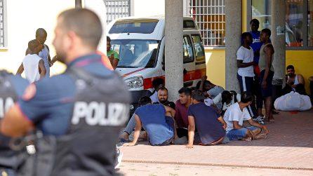 Milano, fiamme nel centro di accoglienza di via Aquila: intossicati e tensione con la polizia