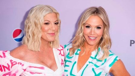 """Donna e Kelly con gli abiti """"graffiti"""" all'apertura del Peach Pit"""