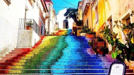 L'arcobaleno sulle scale ad Arzachena: l'arte diventa spettacolo