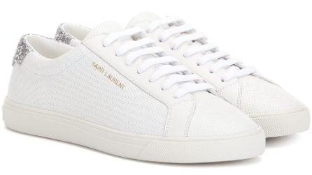 Sneakers bianche: le scarpe sempre in da indossare anche di sera