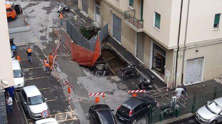 Forte temporale nella notte a Genova, si apre un enorme voragine