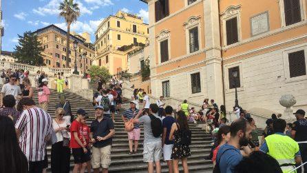 Piazza di Spagna, i vigili in pettorina gialla fanno alzare i turisti