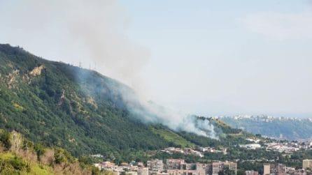 Napoli, vasto incendio sulla collina dei Camaldoli: il fuoco sul versante di Pianura