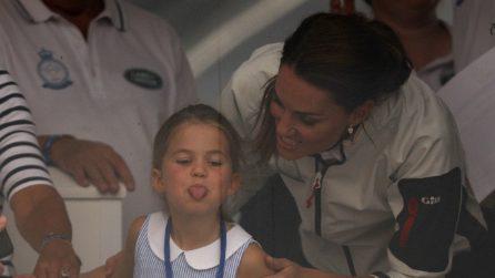 Le linguacce di Charlotte e iI look sporty di Kate Middleton in barca a vela