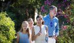 Le principesse Leonor e Sofia di Spagna, in estate look coordinati con i genitori