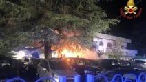 Fiamme distruggono le auto di un parcheggio nei pressi di Malpensa: l'incendio nella notte