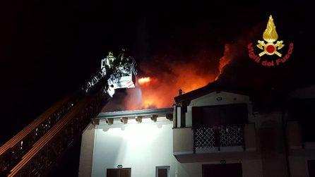 A fuoco una palazzina a Borgo San Giovanni: le fiamme distruggono il tetto. Evacuate 12 famiglie