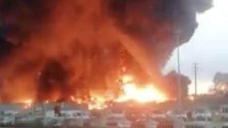 Fiamme altissime dopo l'incendio divampato in un'azienda a Gaglianico (Biella)