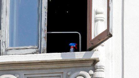 Donna cade dalla finestra mentre pulisce i vetri: tragedia nel centro di Milano