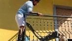 Le foto di Vittorio Brumotti che salva un cane abbandonato sul balcone