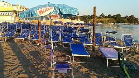 La spiaggia libera di Ischia occupata da centinaia di lettini e ombrelloni abusivi